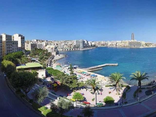 1. Okul deniz kenarında ve şehir merkezinde yer almaktadır.
