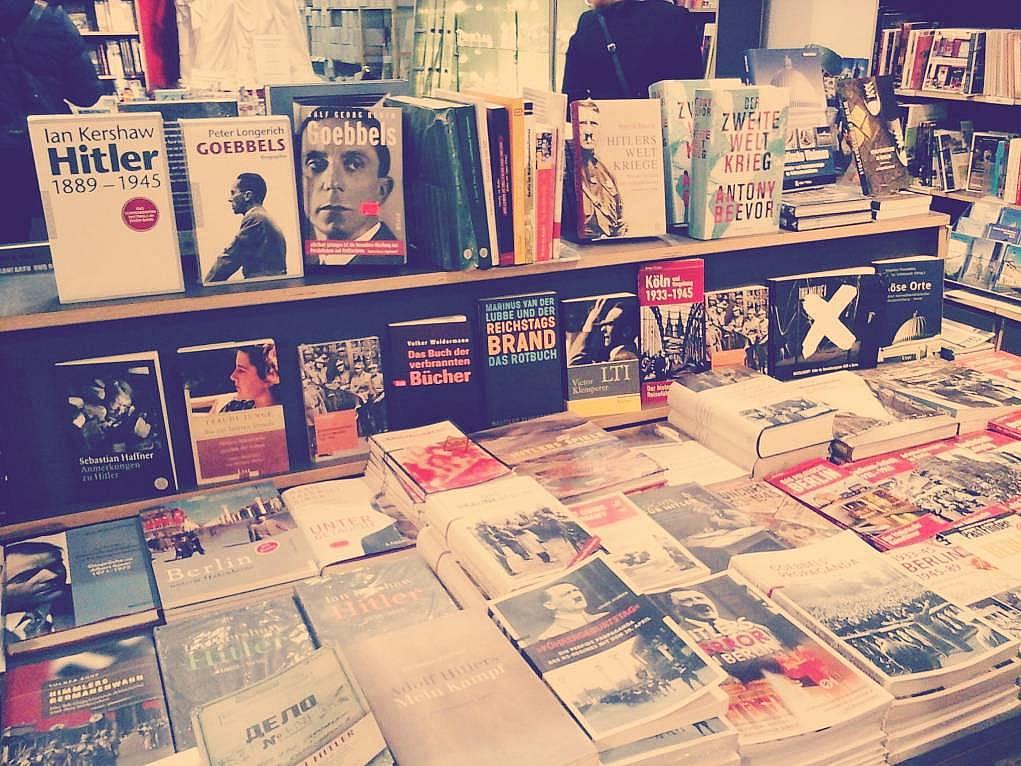 32. Almanya'da bir kitapçıda gezerken dikkatimi çeken bir kare.