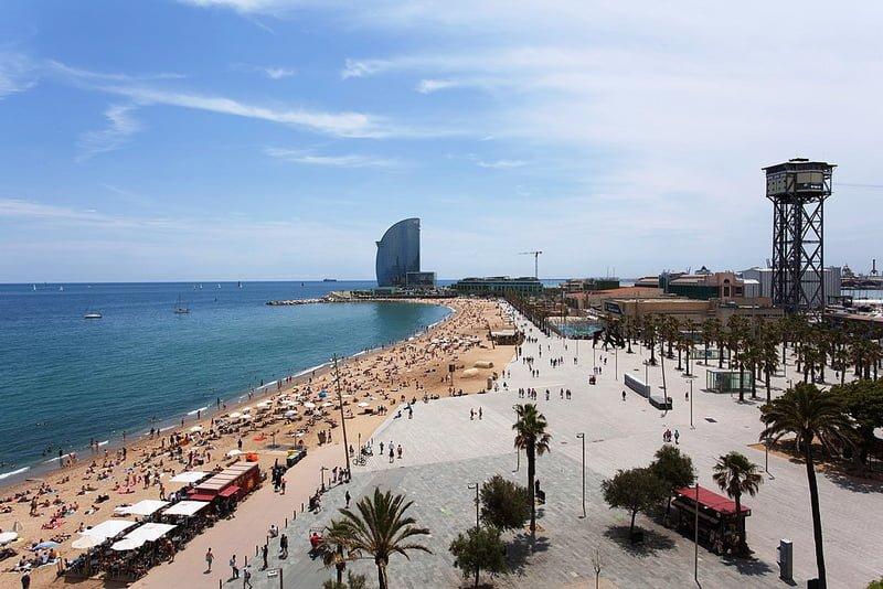 7. Barceloneta sahilinde denize girin veya yürüyüşe çıkın.