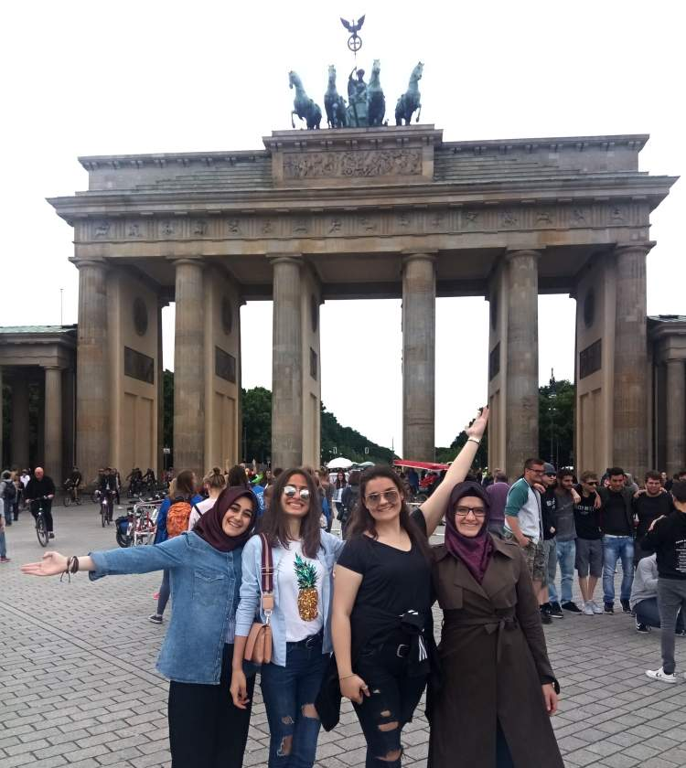 8. Resmi dili Almanca'dan çok Türkçe olan şehir : Berlin