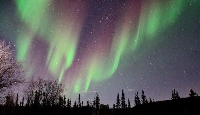 4. Alaska'nın beşte ikisi Kuzey Kutup dairesi içinde yer aldığından dolayı 6 ay gece, 6 ay gündüz yaşanır.