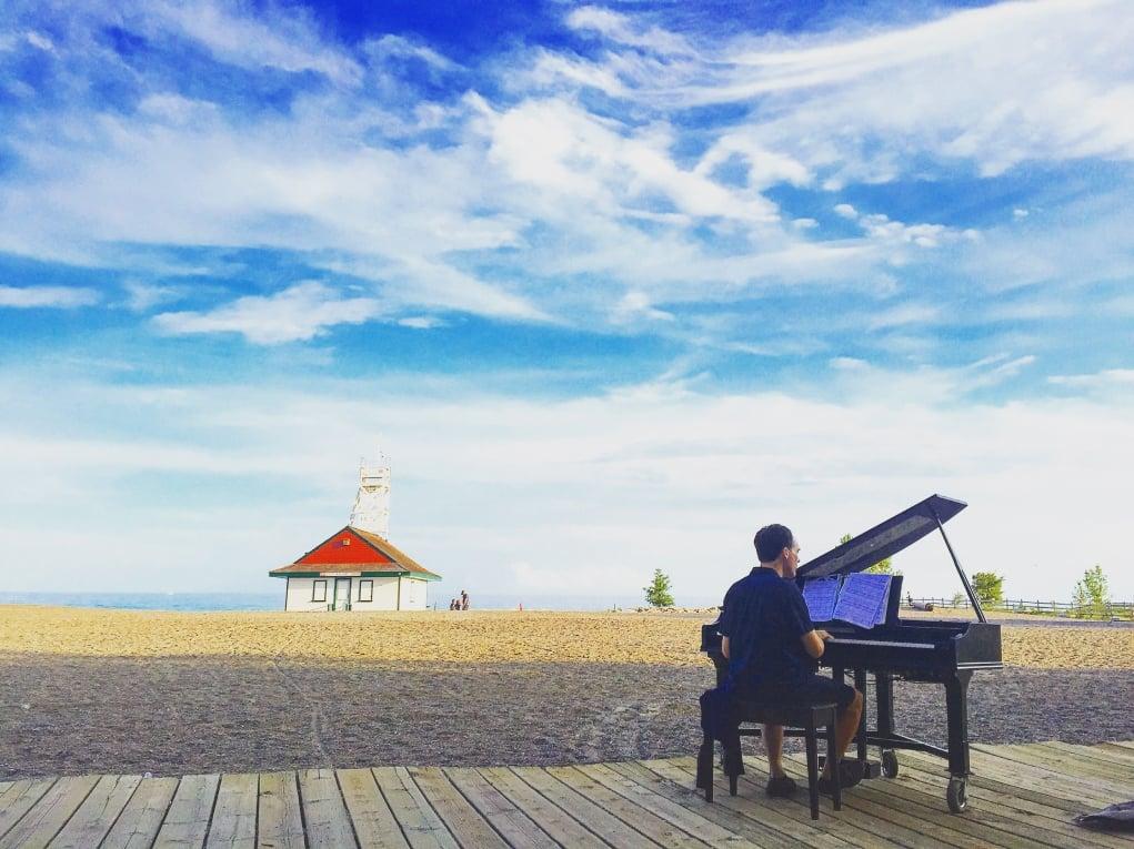 17. Canlı piyano resitali hem de sahil kenarında.