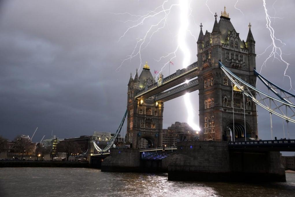 5. Ortalama bir Britanyalı, hayatının bir yılının sekiz ayını kötü bir havada geçirir.