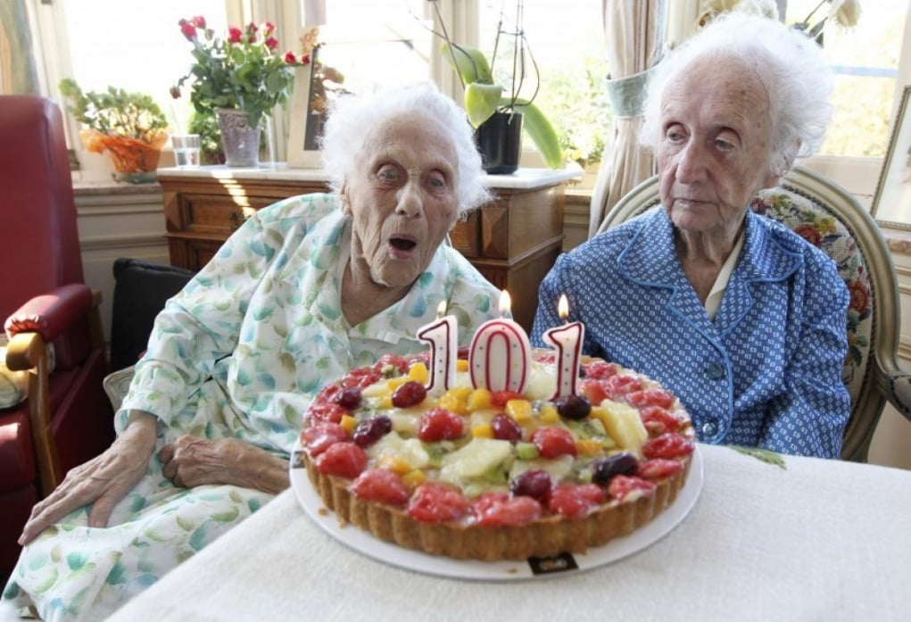 1. İngiltere'de 100 yaşını aşmış her vatandaşa kraliçenin hazırlattığı özel tebrik kartı gönderilir.