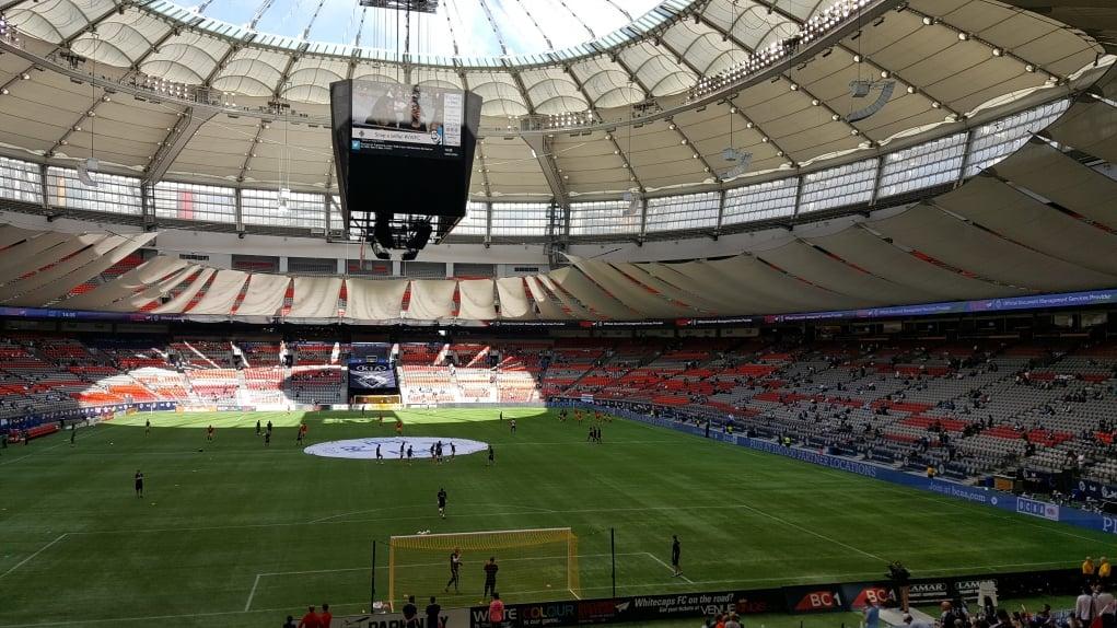 12. Vancouver'da statta hem futbol maçı hem buz hokeyi maçı izledim.
