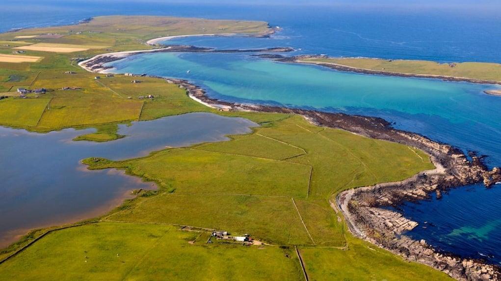 13. Dünyadaki en kısa uçak seyahati İngiltere'nin Westray ve Papa Westray adaları arasında yapılmaktadır.