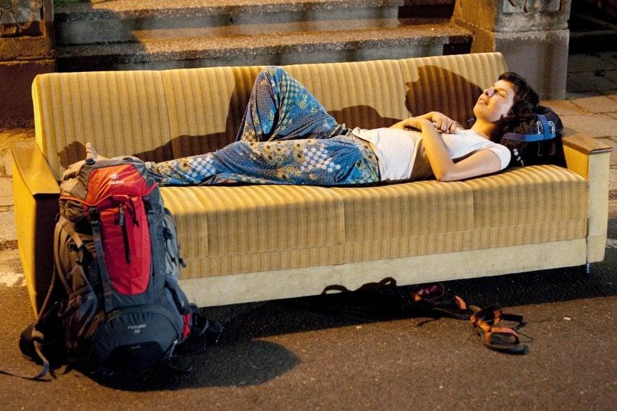 3. Kalacak yer bulmak için Couchsurfing kullanın.