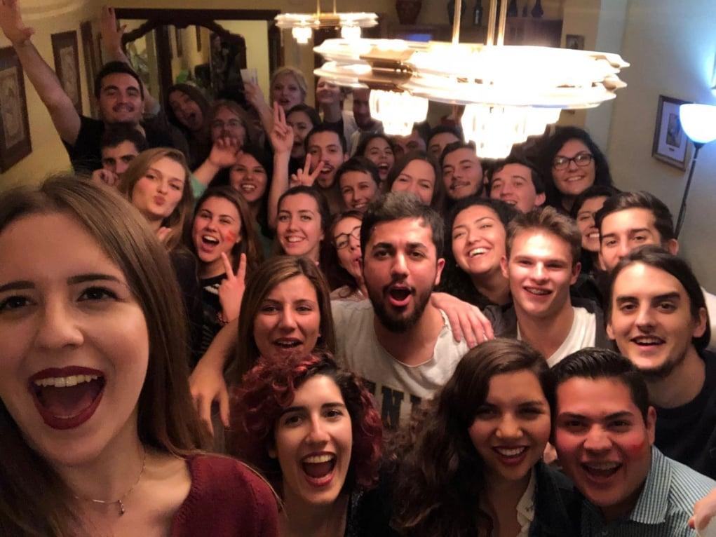 3. Botellon adı verilen parti öncesi etkinliklerde gece saat 3'e kadar eğlenirsiniz.