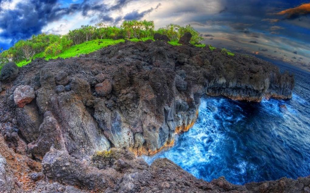 9. Wai'anapanapa Black Sand Beach, Maui