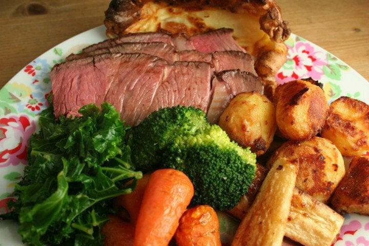 8. İngiltere: Geleneksel Rozbif yemeği