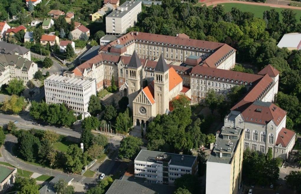 1. Peç Üniversitesi ülkenin en eski üniversitesidir.