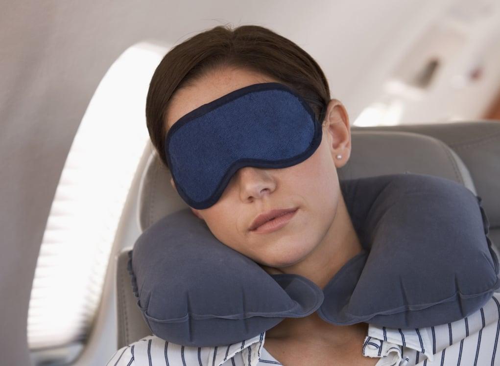16. Göz bandı, kulak tıkacı ve ufak bir yastık alırsanız yolculuklarda rahat bir uyku çekebilirsiniz.